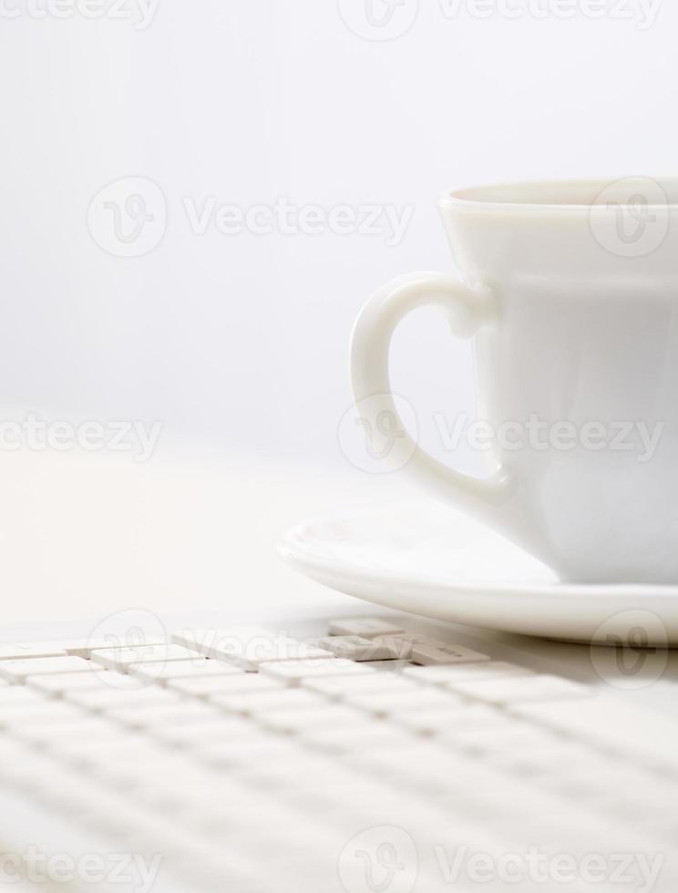 Tasse auf Tastatur foto