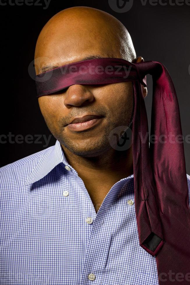 Geschäftsmann mit verbundenen Augen und Krawatte foto