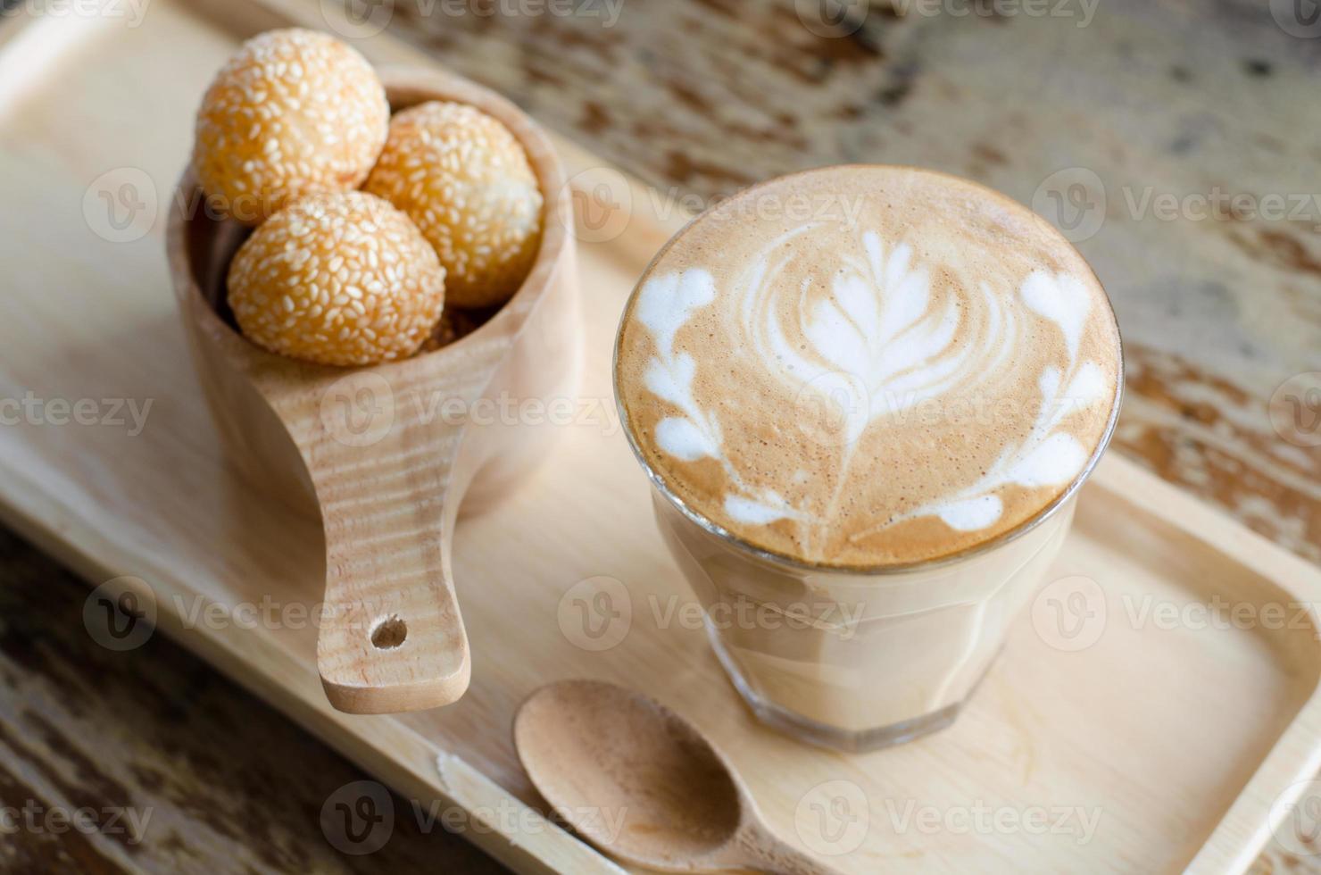 Latte Art Kaffee und Süßigkeiten Eier Schwan foto