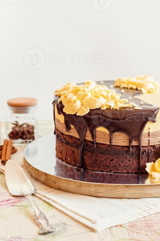 Sahne-Mousse-Kuchen mit Schokolade foto