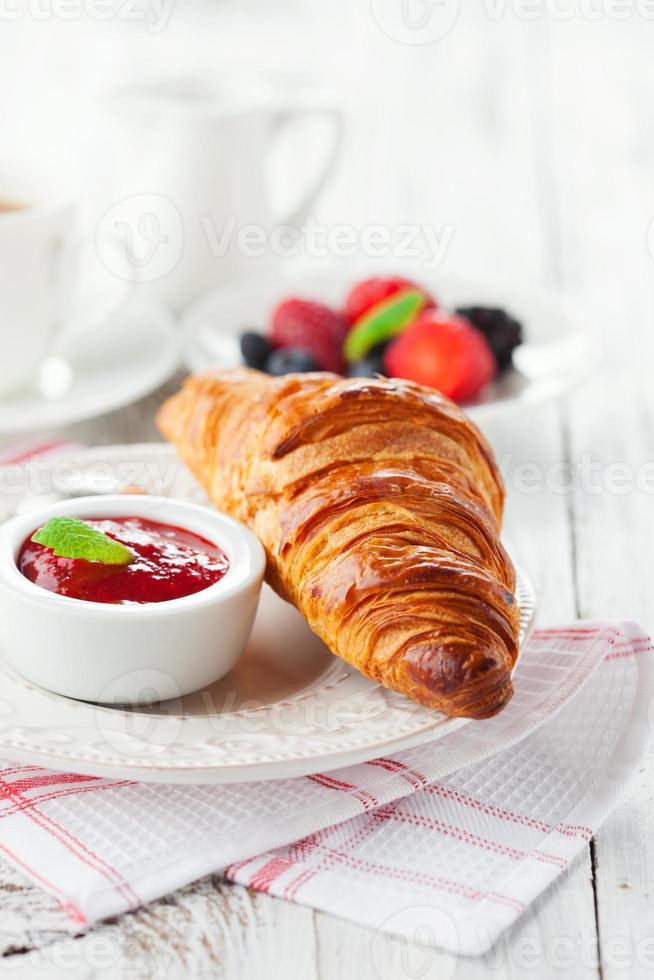 frische Croissants mit Marmelade foto