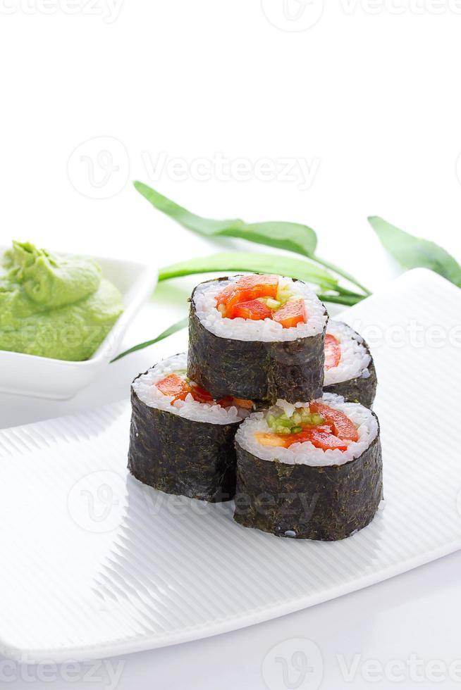 Sushi Maki auf weißem Teller über weißem Hintergrund foto