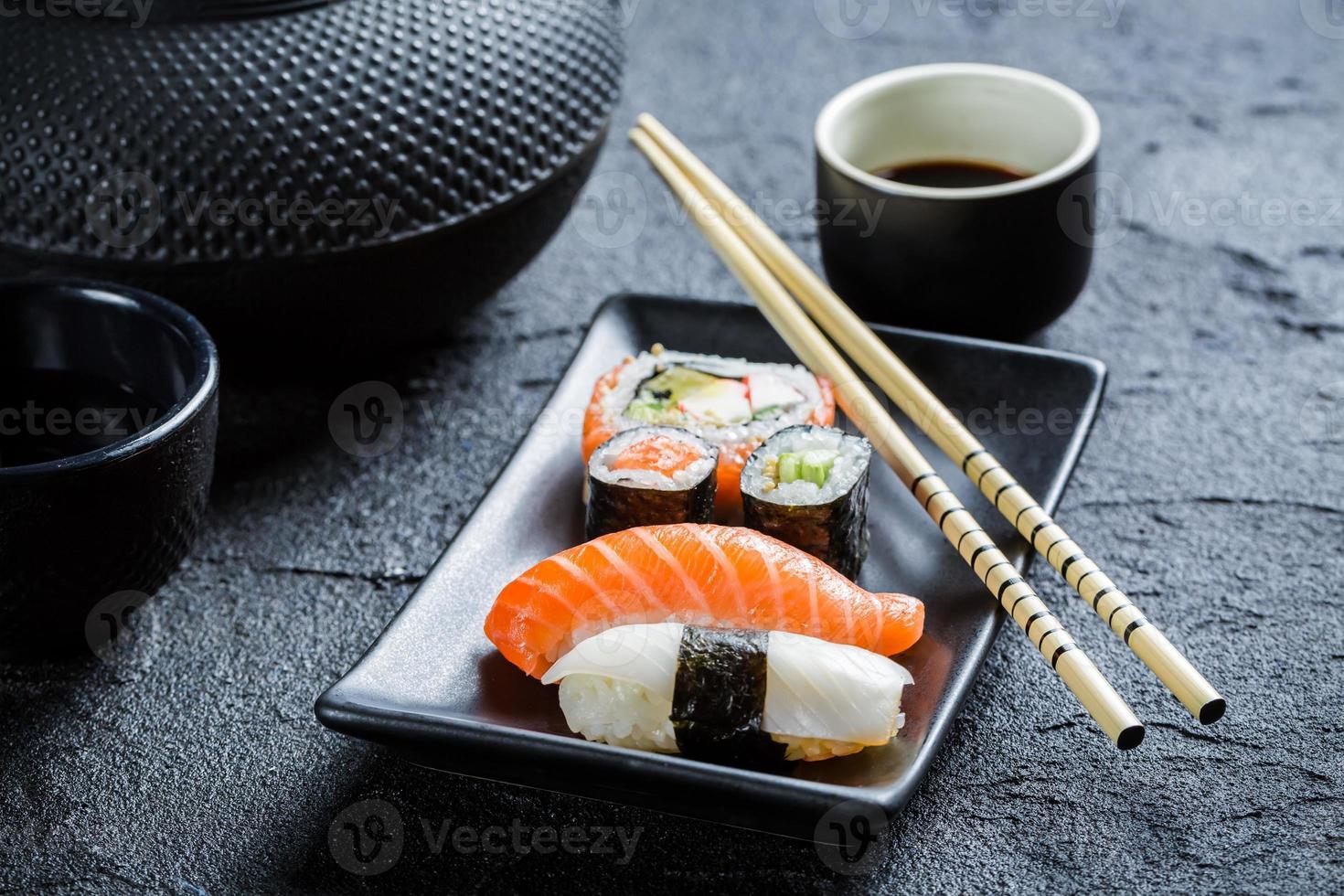 Nahaufnahme von frischem Sushi in einer schwarzen Keramik serviert foto
