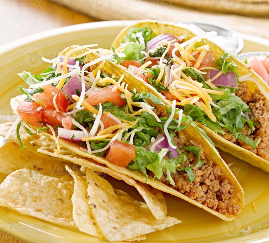 Rindfleisch-Tacos mit Salat und anderen Belägen foto
