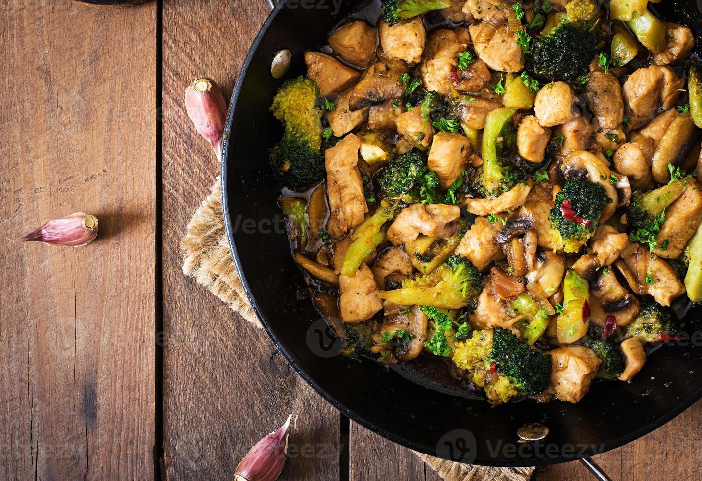 Braten Sie Hühnchen mit Brokkoli und Pilzen - chinesisches Essen foto