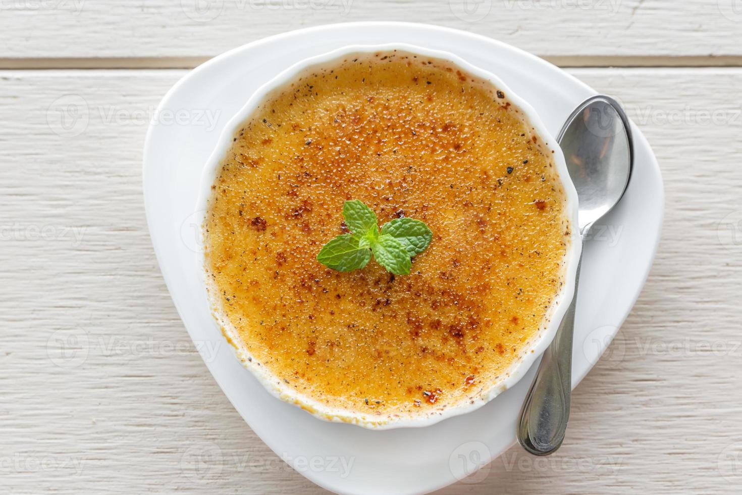 Crème Brûlée in einer mit Minzblättern garnierten Schüssel foto