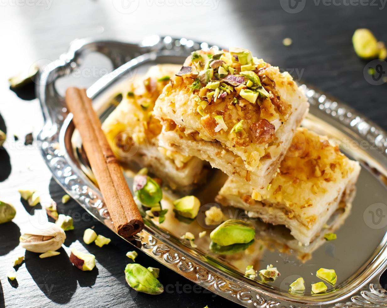 türkisches Pistaziengebäck-Dessert-Baklava mit grünen Pistazien foto