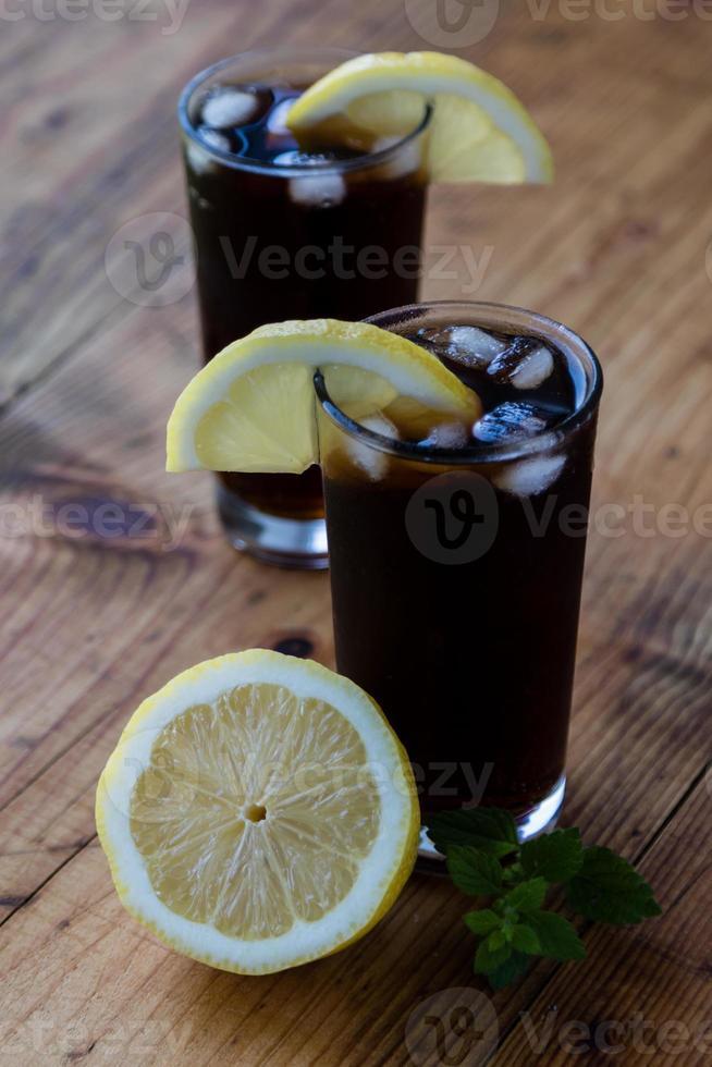 Soda mit Eis und Zitrone foto
