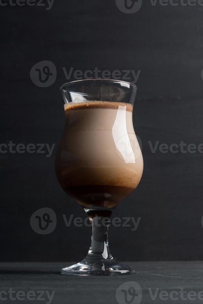 Glas Schokoladenmilchshake auf dem Tisch foto