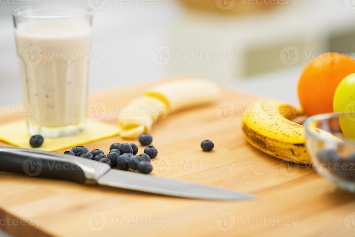 Nahaufnahme auf Obst und frischem Cocktail foto