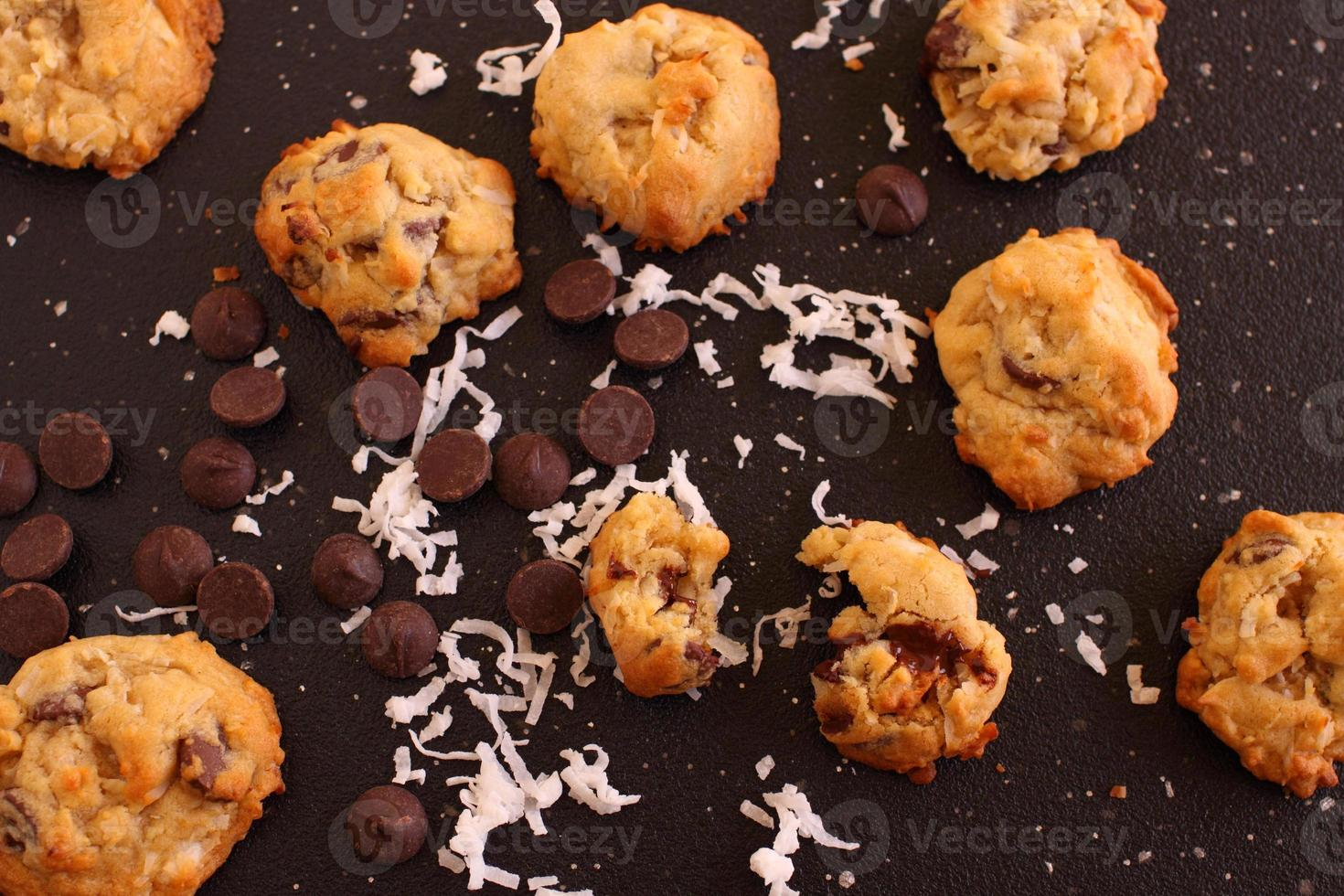 dunkle Schokoladenkekse und Kokosnusskekse foto