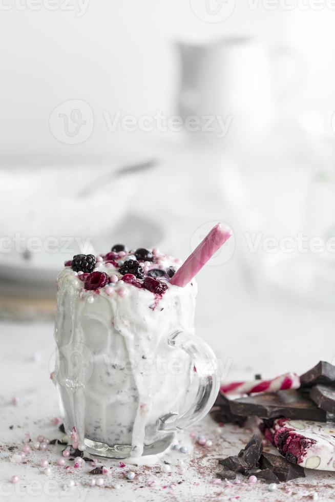 natürlicher Fruchtmilchshake der Beerenfrucht foto