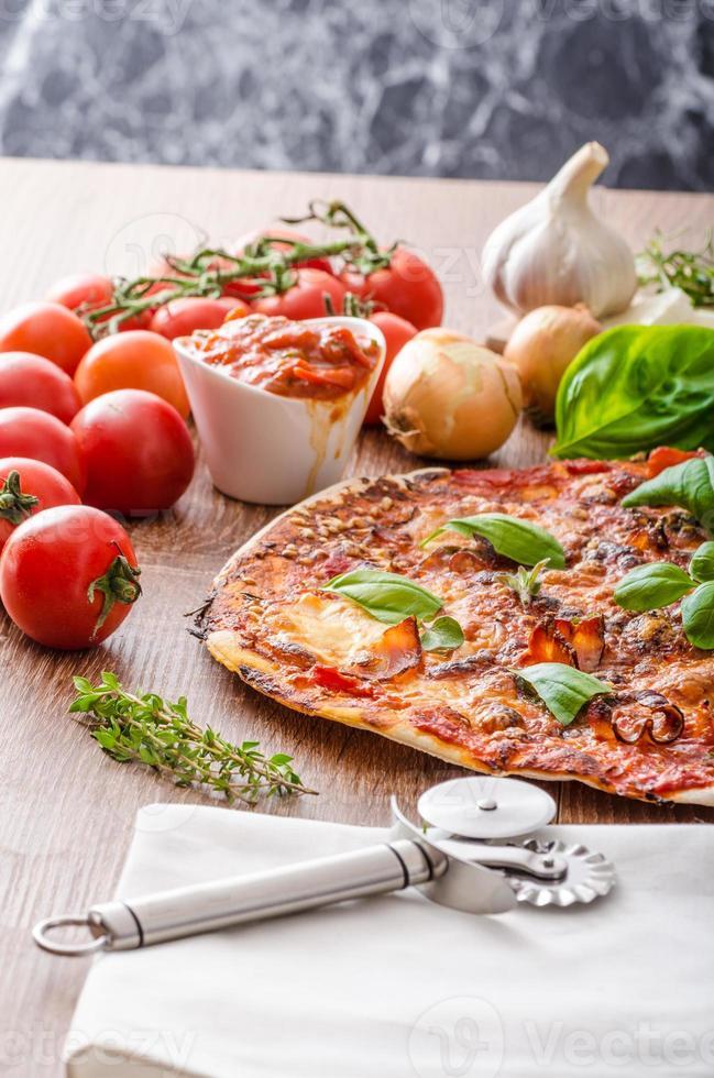 Käsepizza mit Chili und Basilikum foto