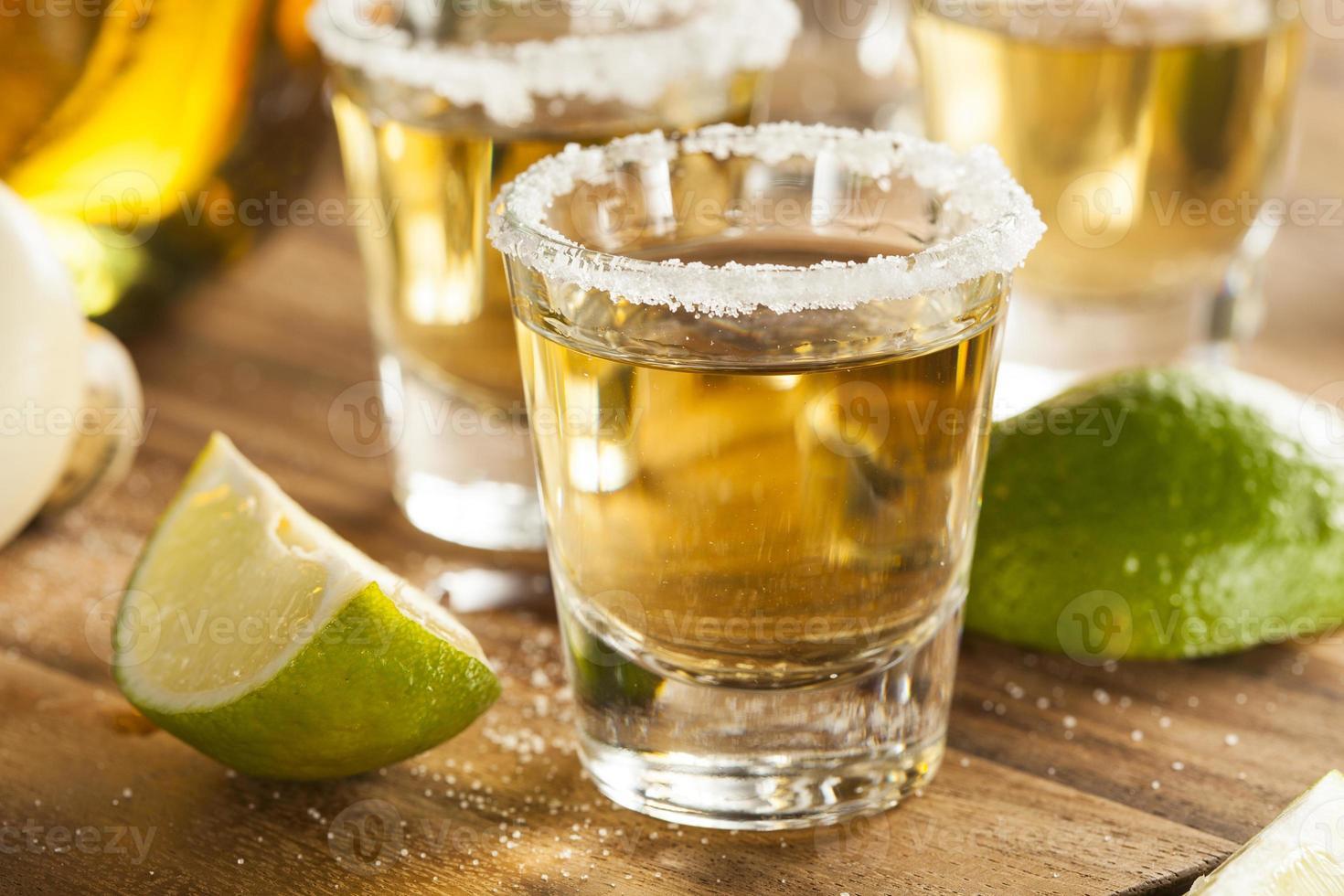 Tequila-Shots mit Limette und Salz foto