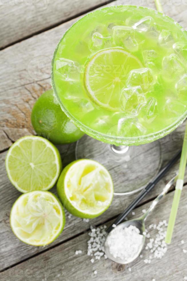 klassischer Margarita-Cocktail mit salzigem Rand foto