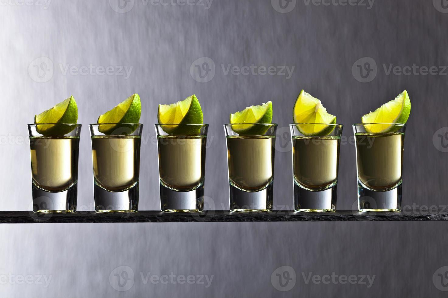 goldener Tequila mit Limette foto