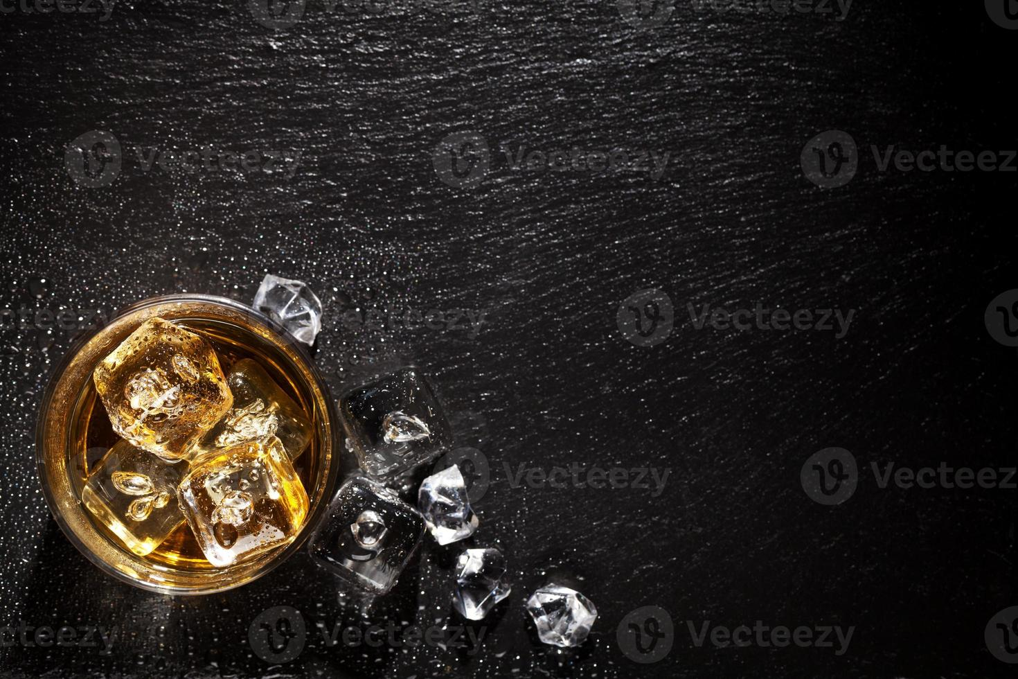 Glas Whisky mit Eis foto