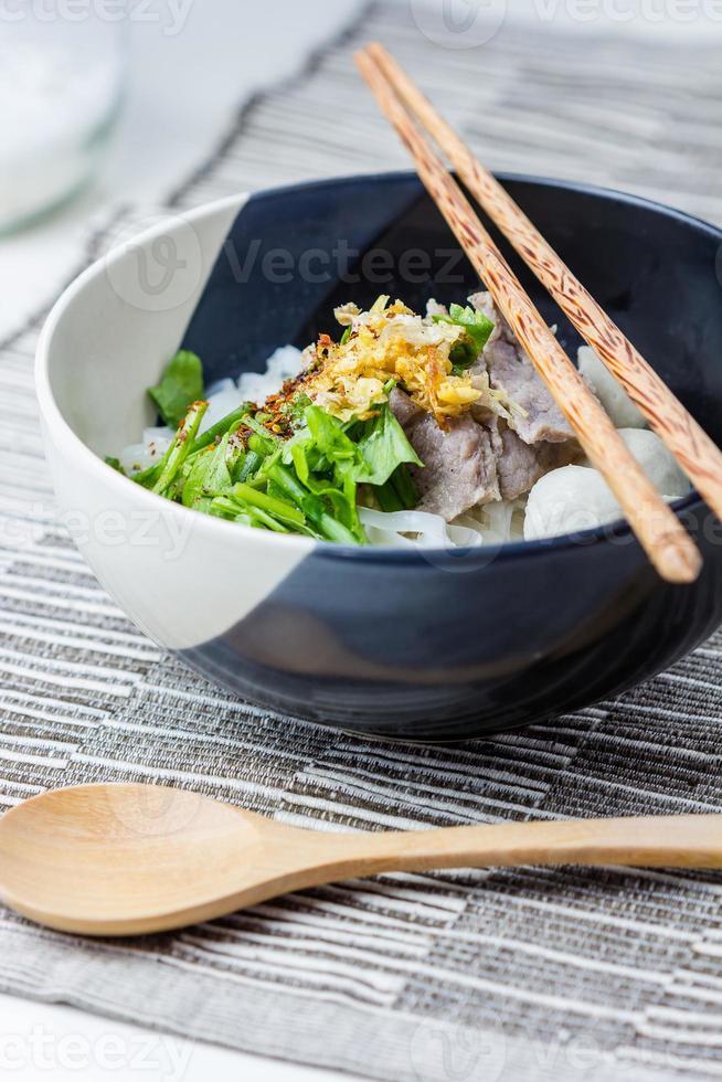 Rindfleischnudeln nach asiatischer Art in Suppe foto