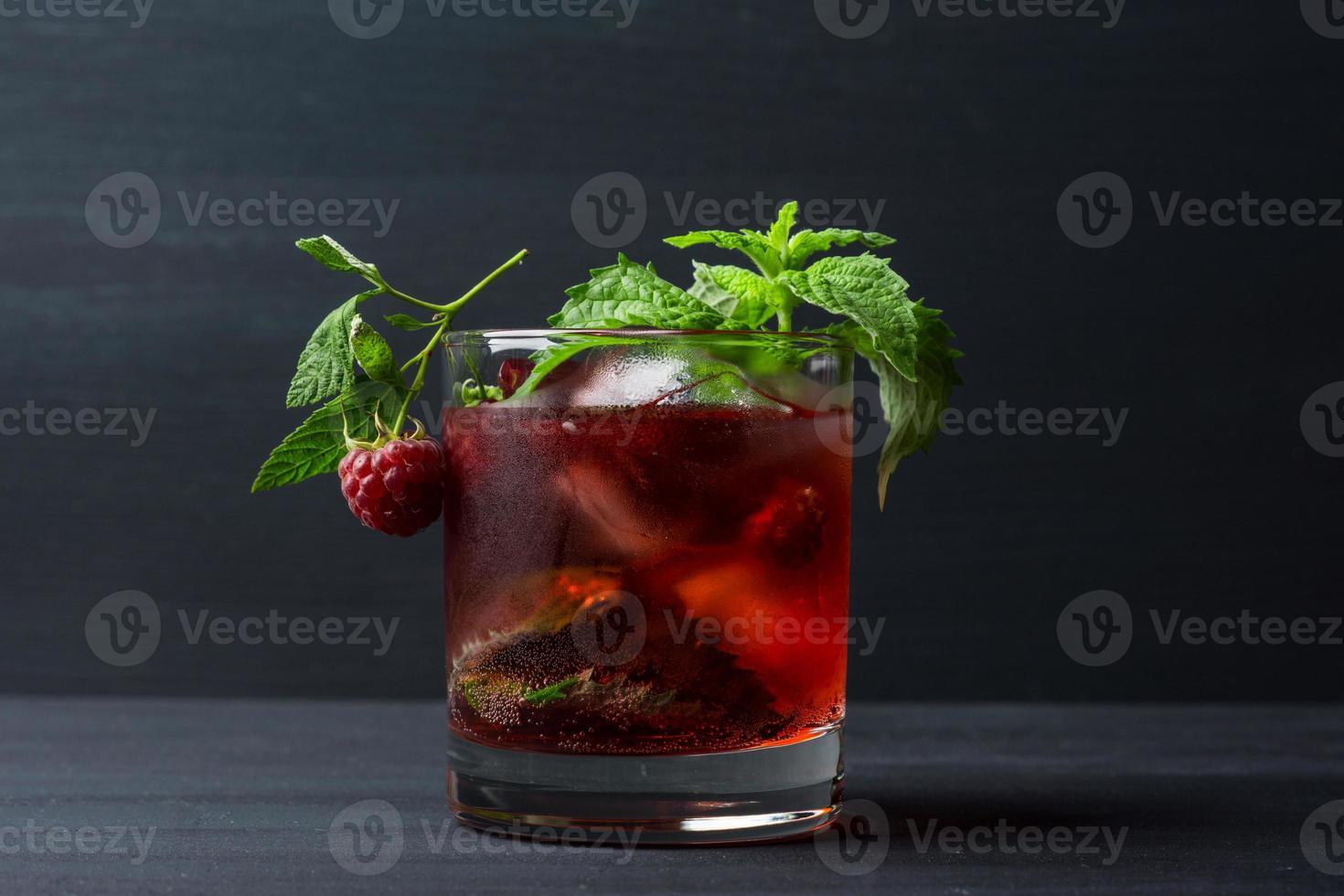 Cocktail mit Himbeere und Minze foto