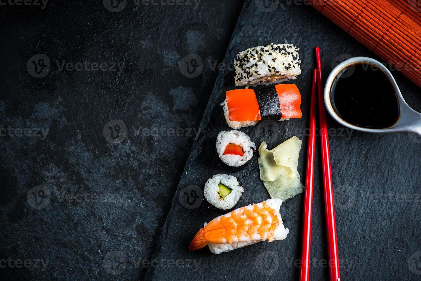 Sushi-Auswahl auf schwarzem Schiefer foto