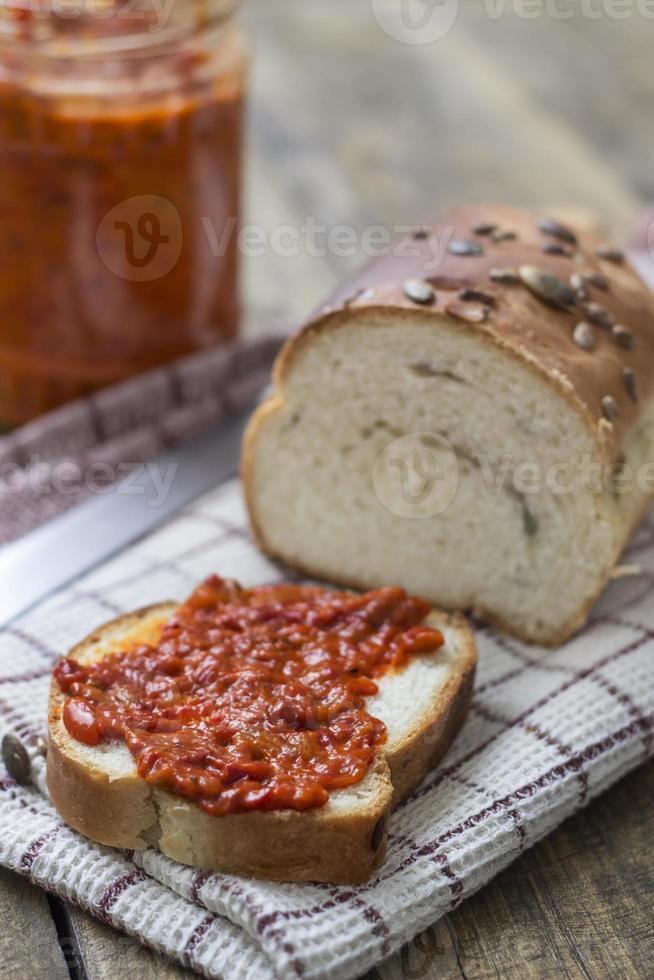 Scheibe Brot mit Chutney verschmiert foto
