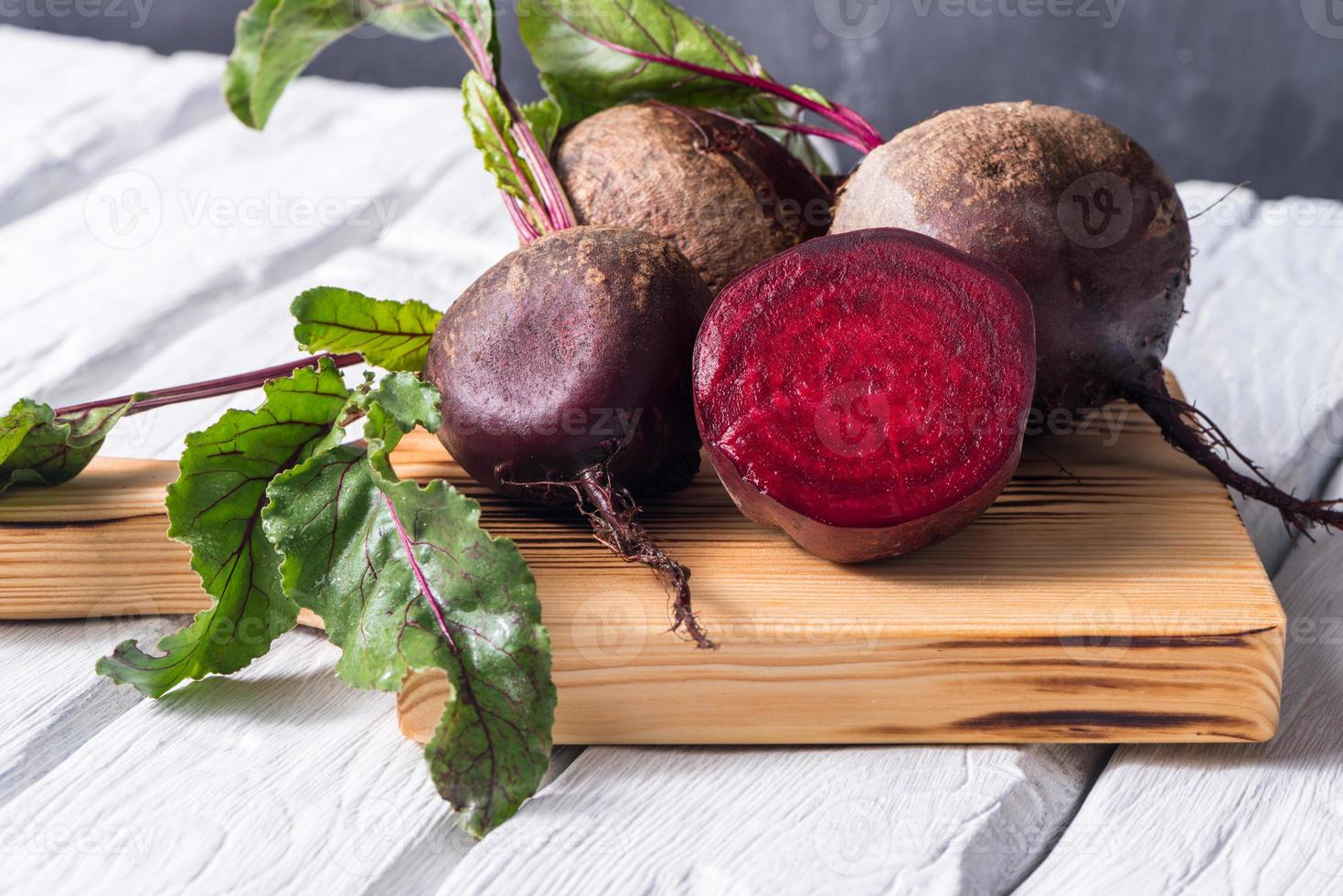 Rote Beete roter Holztisch foto
