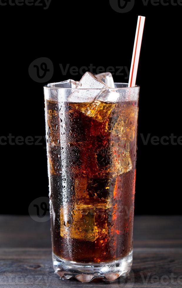 Glas Cola mit Eis foto