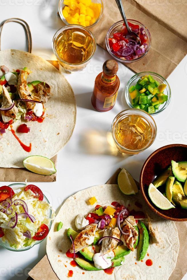 mexikanisches Essen auf einem Tisch. foto