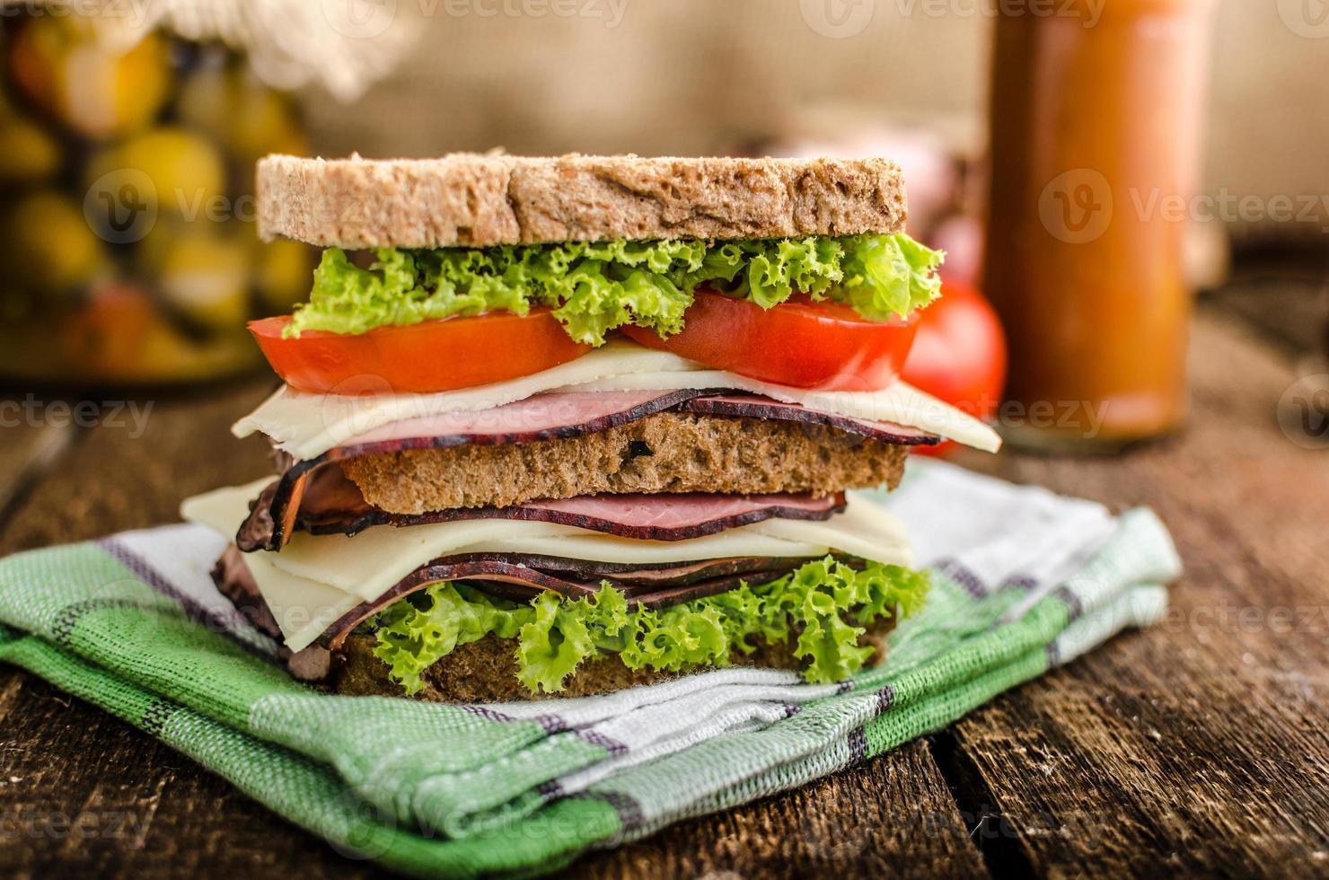 Sandwich mit geräuchertem Fleisch foto