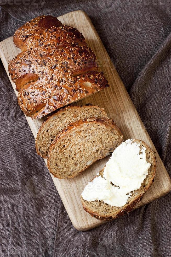 frisch gebackenes traditionelles Brot mit Buttercreme foto