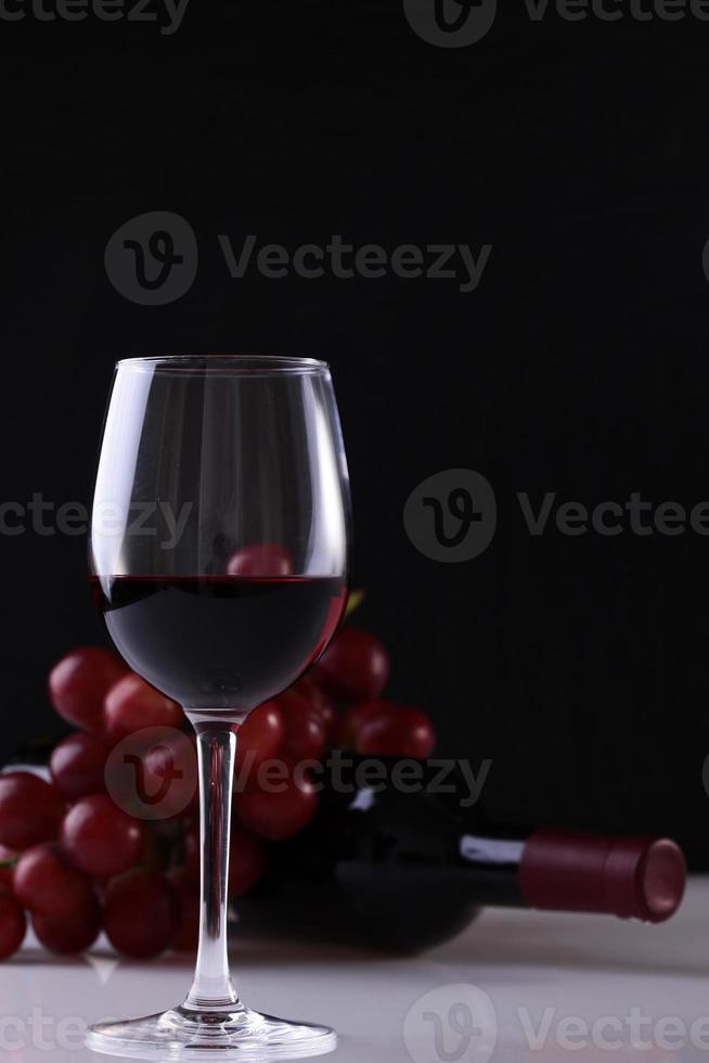 Glas Weintrauben und Flasche foto