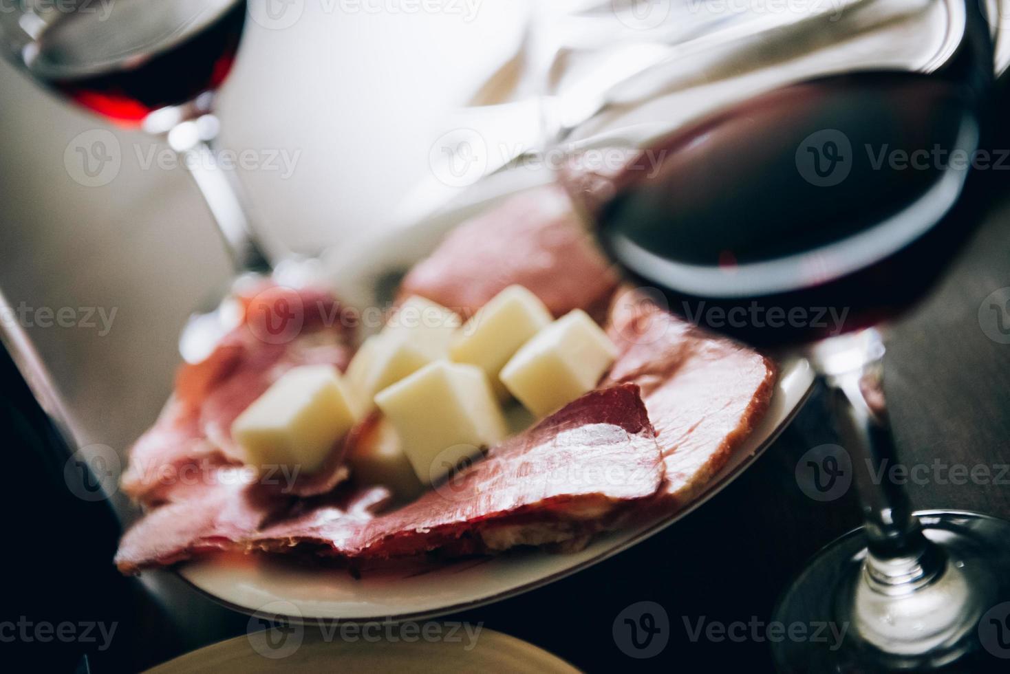 Wein, Käse und Schinken foto