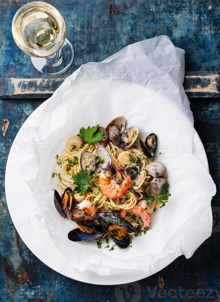 Meeresfrüchte Pasta und Wein foto
