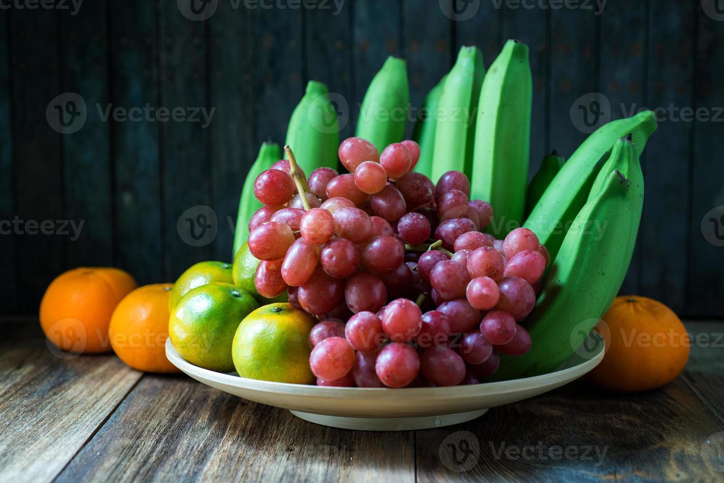 Nahaufnahme Schuss von Früchten auf Holztisch. foto
