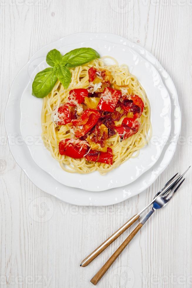 Pasta Spaghetti mit Paprika und frischem Basilikum ein Weiß foto