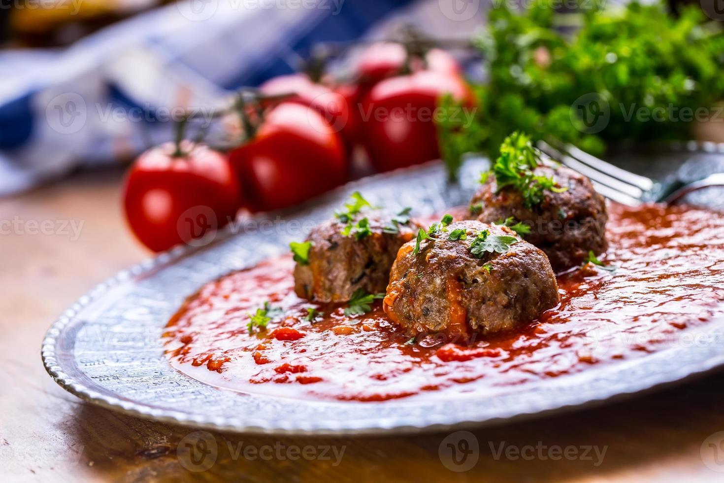 Fleischklößchen. italienische und mediterrane Küche. Fleischbällchen mit s foto