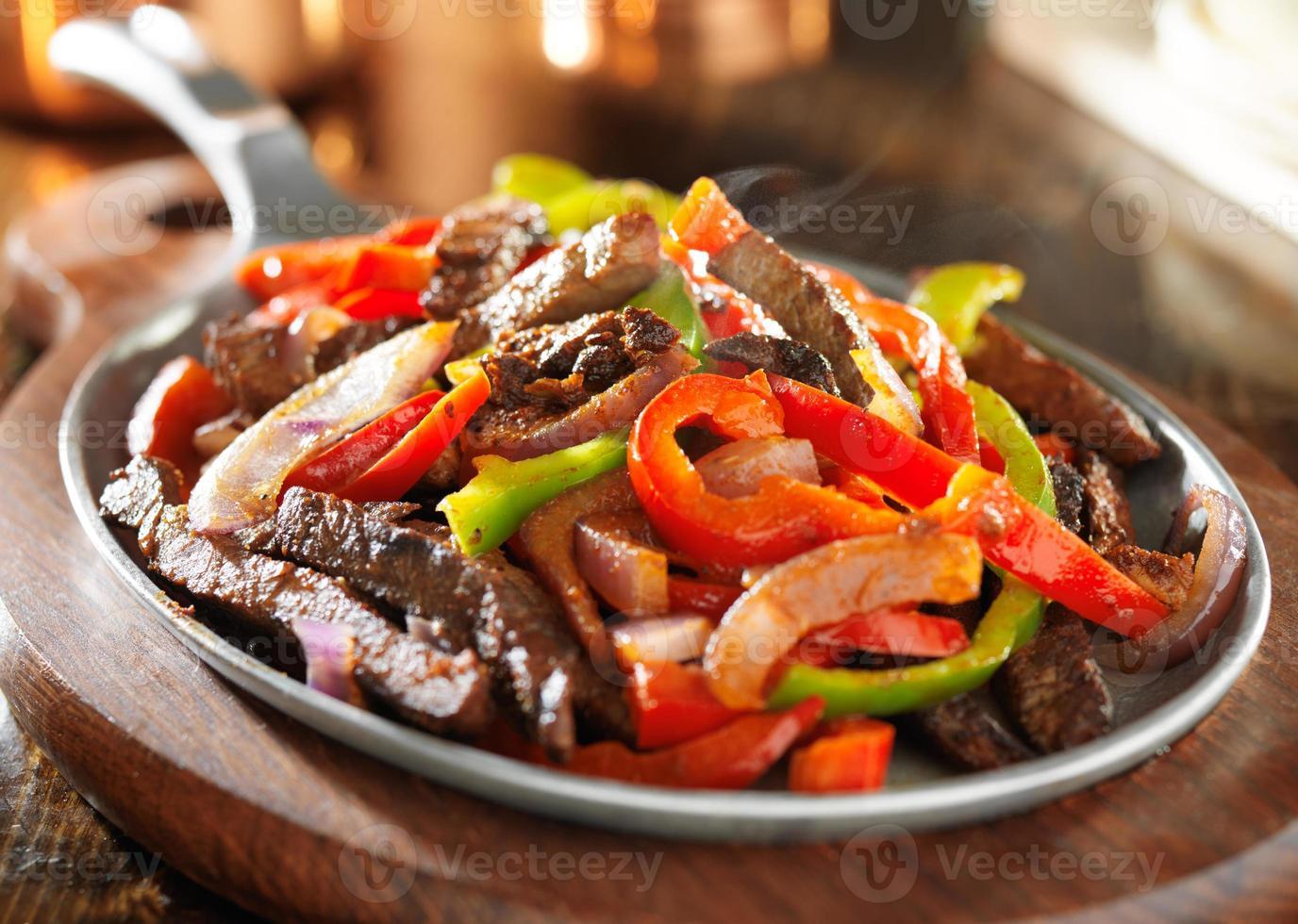 dampfende heiße mexikanische Rindfleisch-Fajitas foto