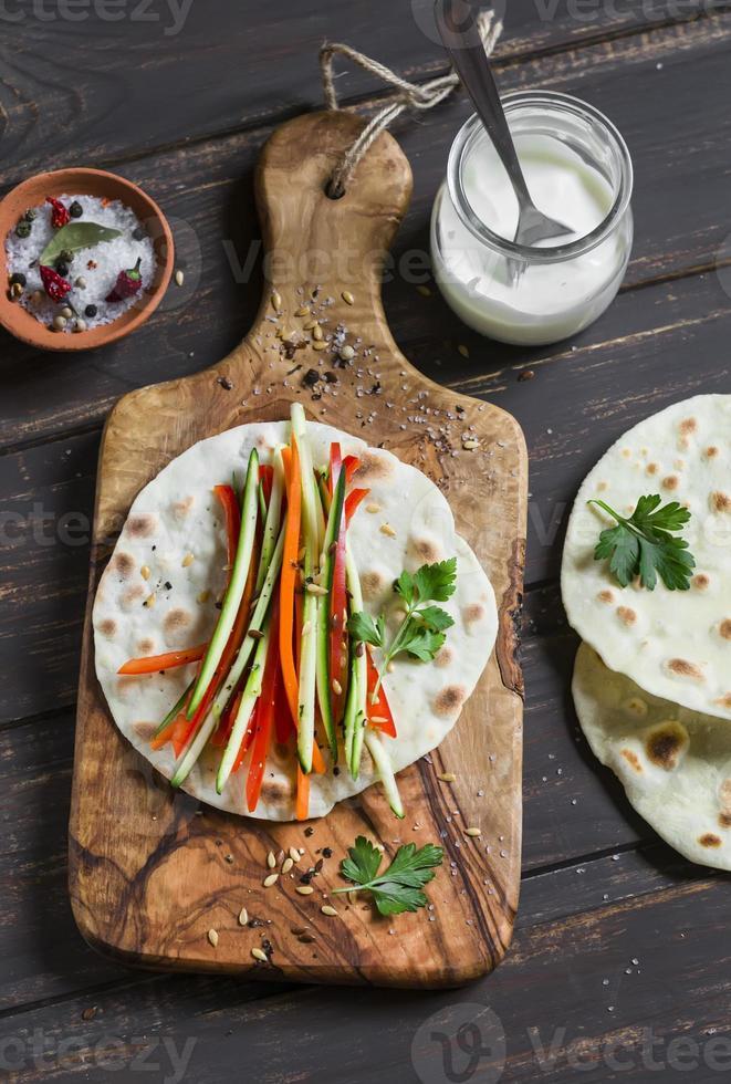 frische Zucchini, Karotten, Pfeffer, Naturjoghurt und eine hausgemachte Tortilla foto