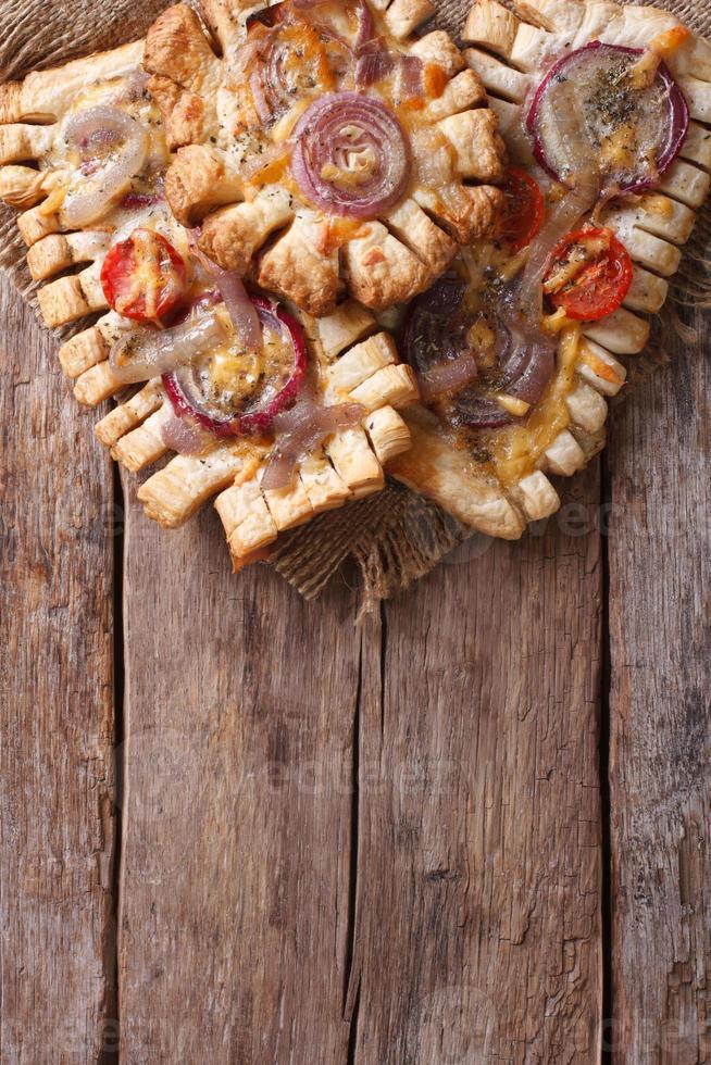 French Puff Cakes mit vertikaler Draufsicht auf rote Zwiebeln foto