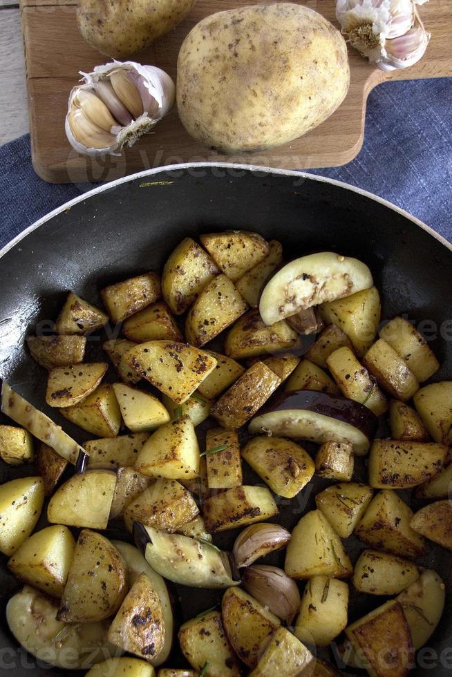 Bratkartoffeln mit Rosmarin und Knoblauch foto