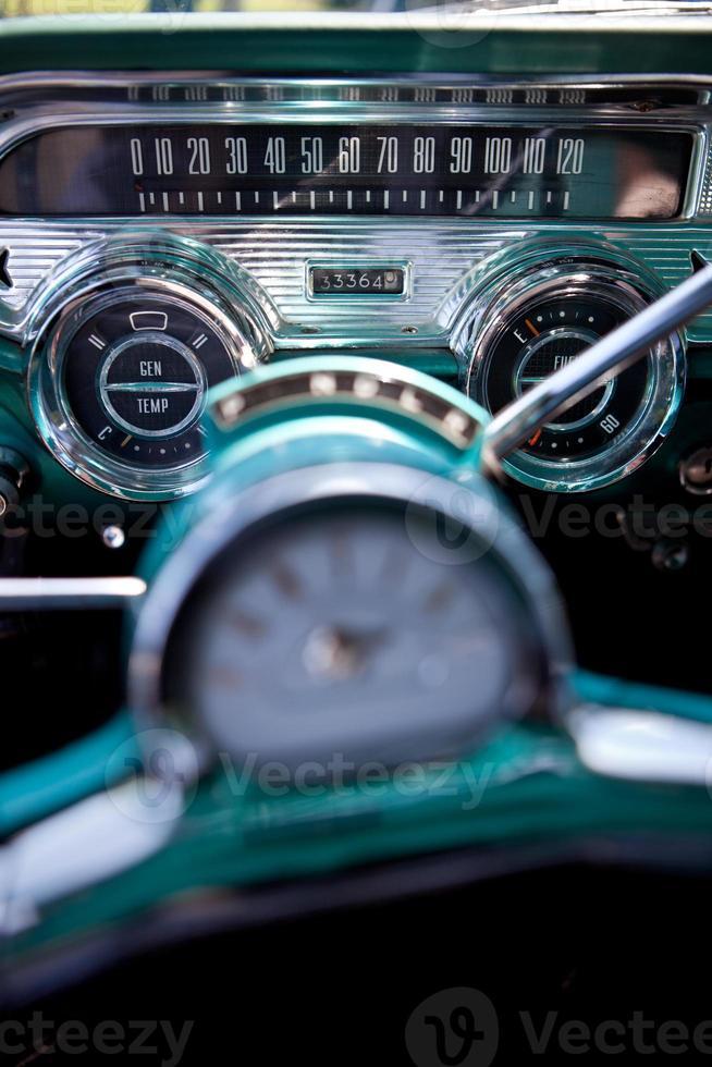 Vintage Armaturenbrett mit blaugrünem und silbernem Chrom foto