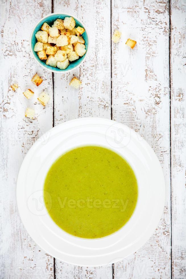 hausgemachte Sahnesuppe mit Brokkoli und Croutons foto