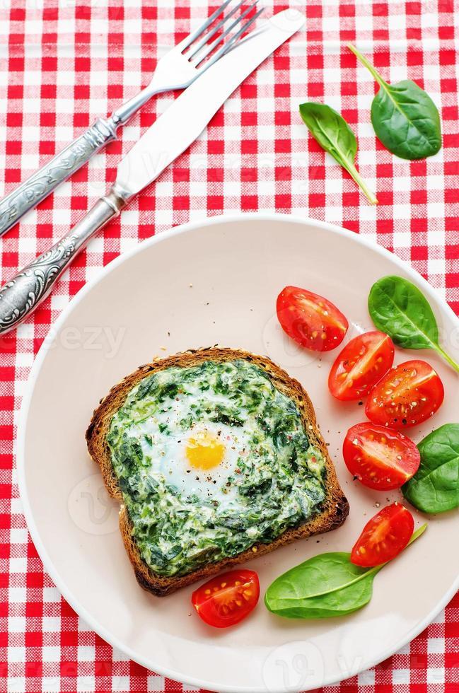 Sandwich mit Spinat, Frischkäse und Ei gebacken foto