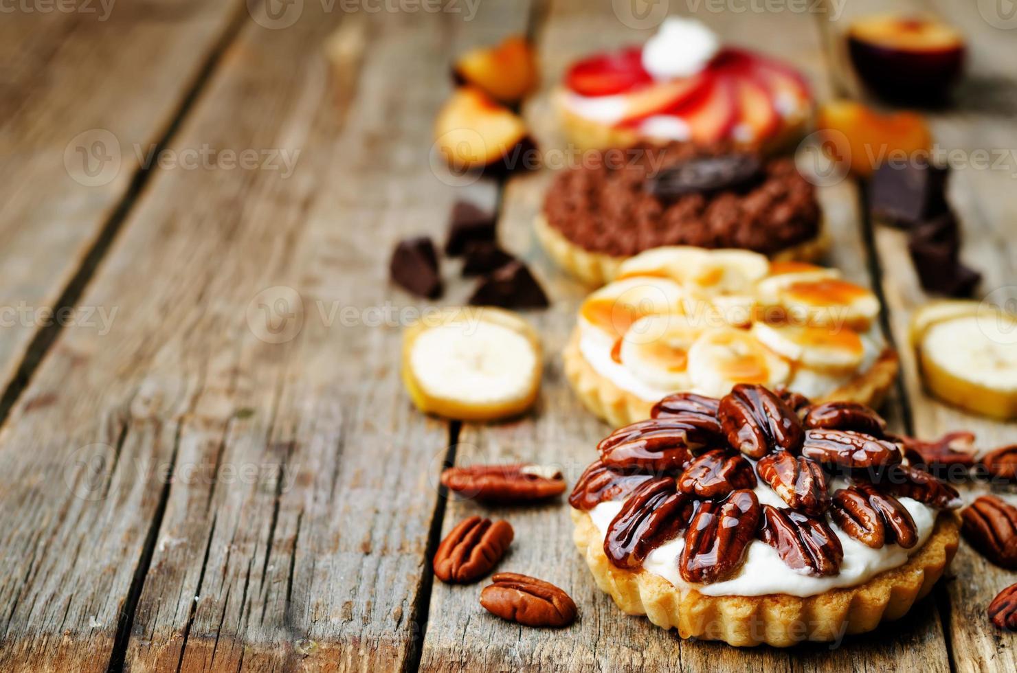 Banane gesalzen Karamell Schokolade Pflaumen Honig Pekannuss Törtchen foto