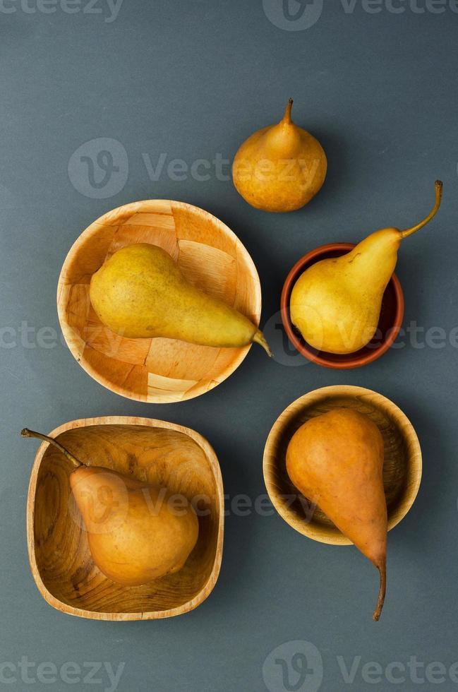 reife Birnen in verschiedenen Schalen foto