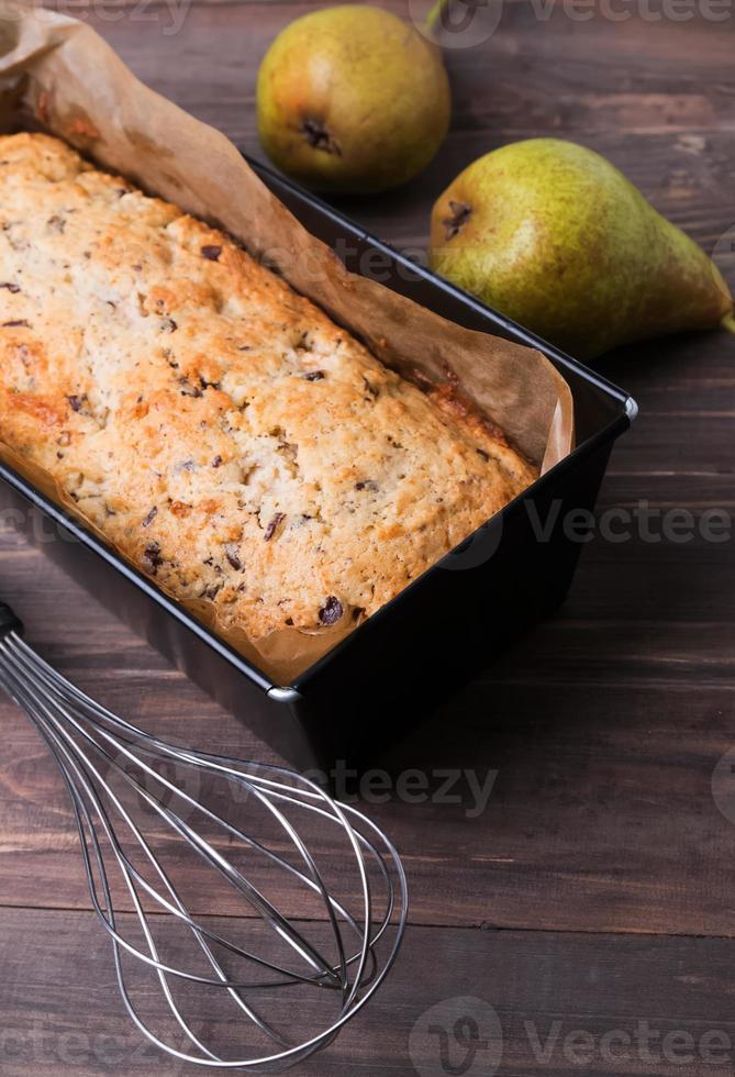 hausgemachter Kuchen mit Birnen und Schokolade foto
