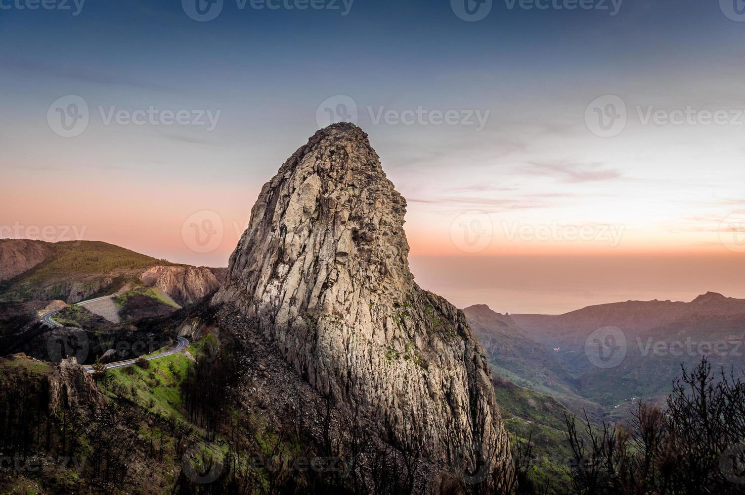 hoher Felsen bei Sonnenuntergang foto