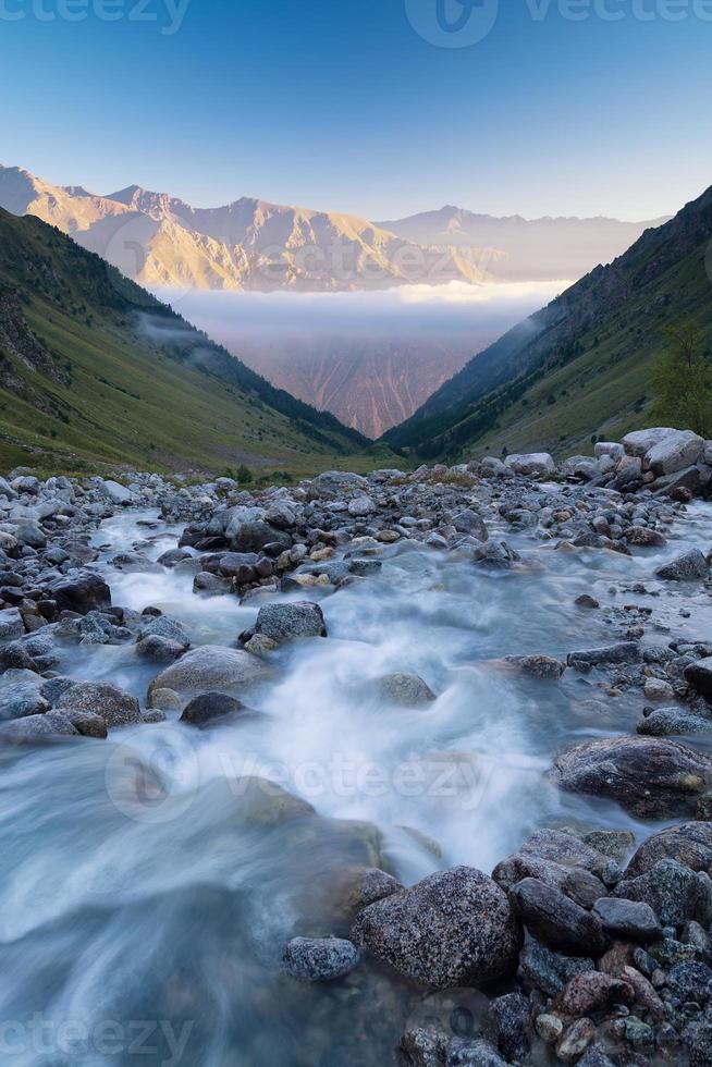Fluss und hohe Berge foto