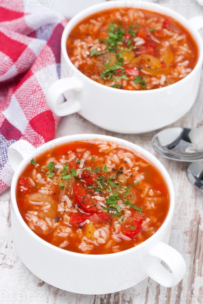 Tomatensuppe mit Reis und Gemüse, Draufsicht foto
