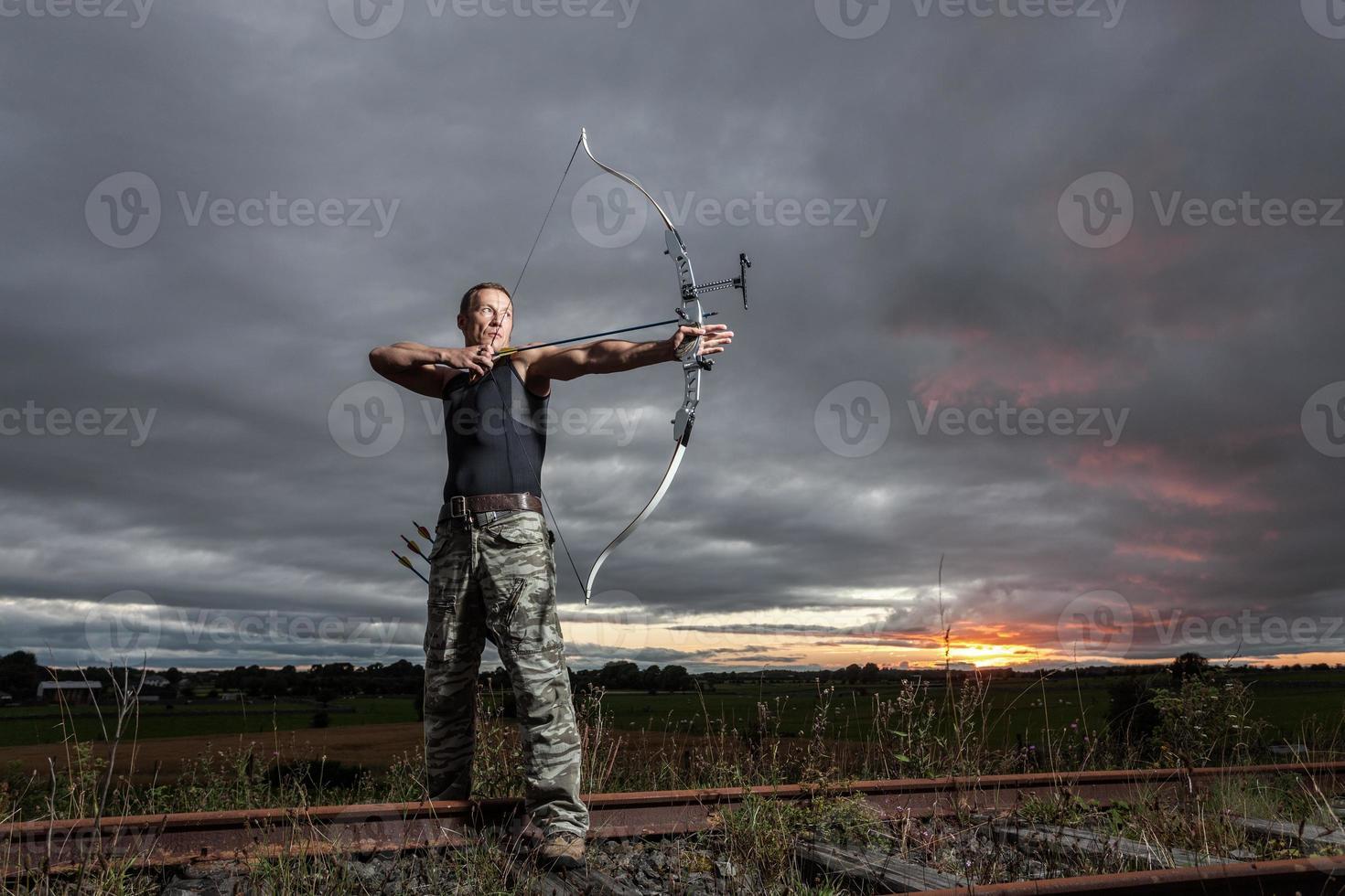 Mann mit Pfeil und Bogen foto